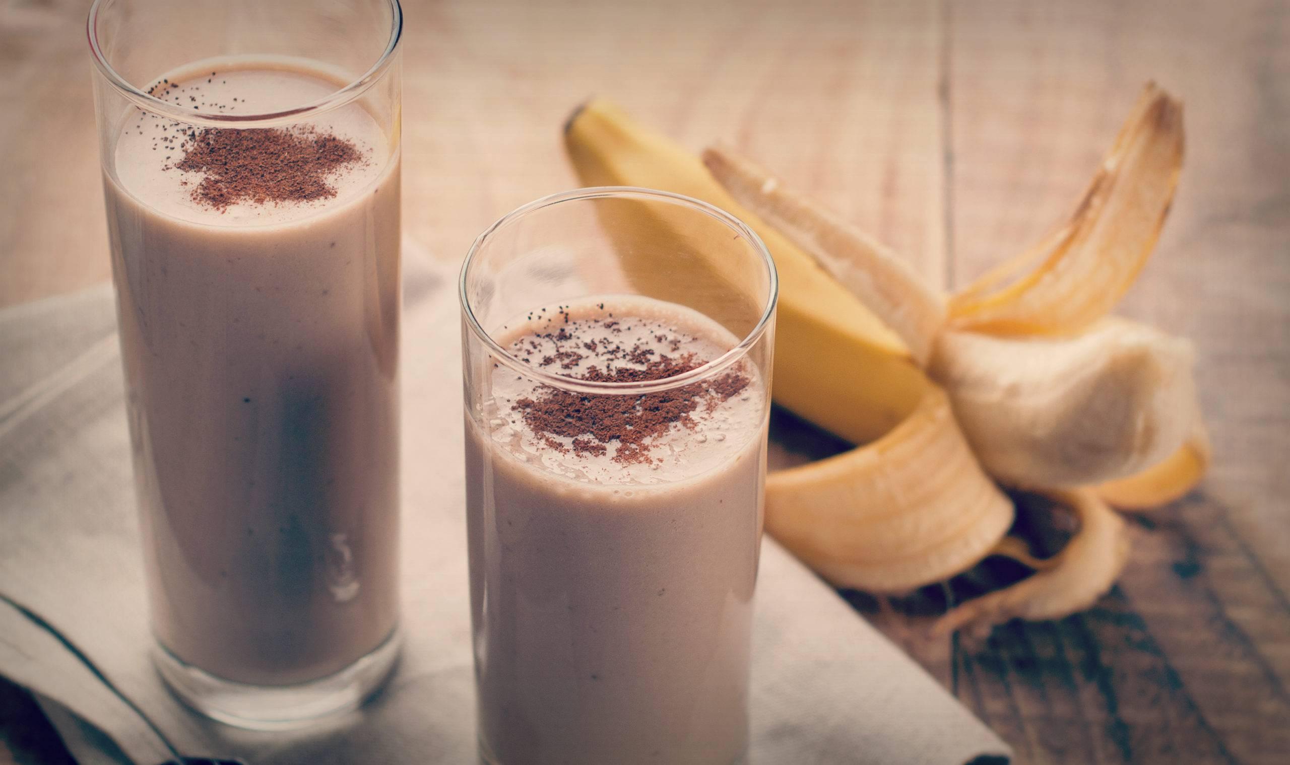 Банановый смузи в блендере. рецепт с молоком, овсянкой, кефиром, мороженым, какао, сливками. фото пошагово