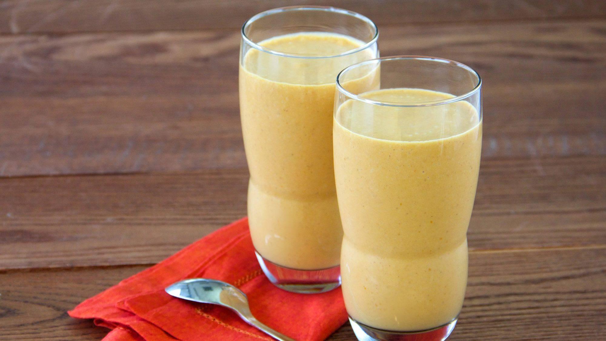 Смузи с молоком: рецепты в блендере с творогом и манго, из овсяного молока с ягодами и с вишней, с черной смородиной и шоколадом